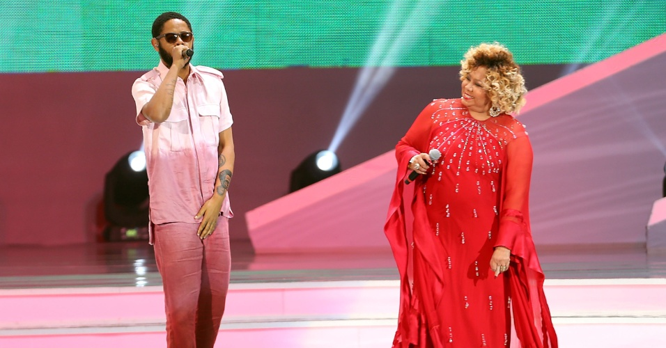 Rapper Emicida e Alcione se apresentam durante evento de sorteio dos grupos da Copa do Mundo