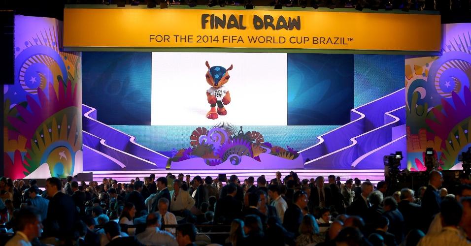 Telão do evento do sorteio dos grupos da Copa do Mundo exibe a imagem do mascote Fuleco