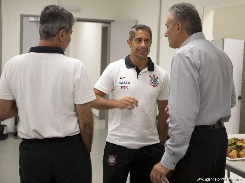 07.12.2013 - Tite, técnico do Corinthians, conversa com Sylvinho, auxiliar-técnico do clube