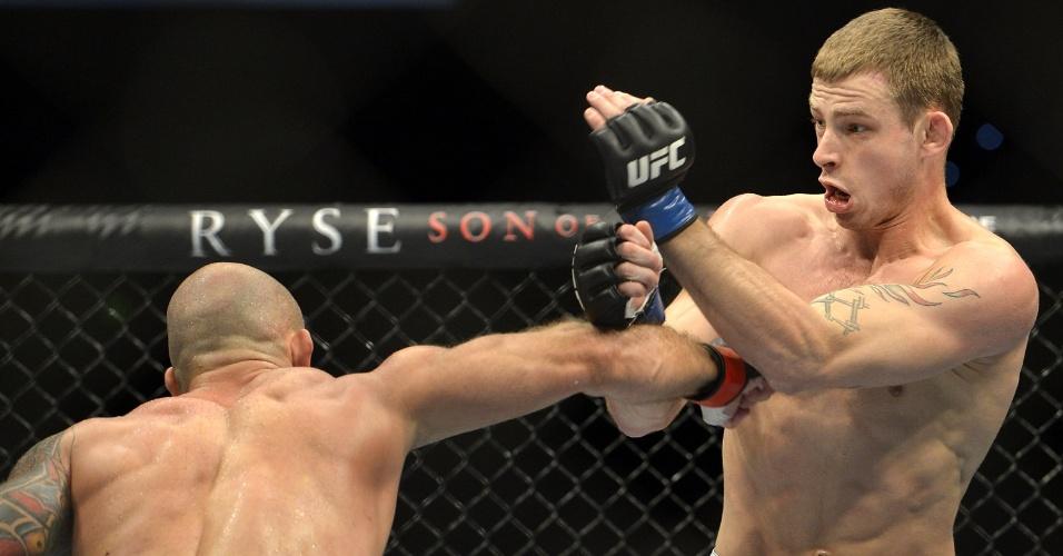 7.dez.2013 -  Bruno Carioca acerta Krzysztof Jotko com um direto de direta durante o UFC Pezão vs Hunt