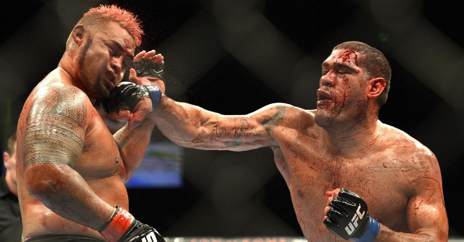 7.dez.2013 - Pezão golpeia Mark Hunt durante o UFC Austrália