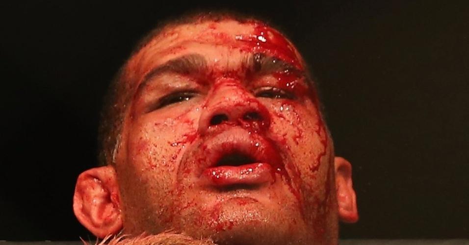 7.dez.2013 - Pezão tenta conter investida de Mark Hunt durante luta pelo UFC Austrália