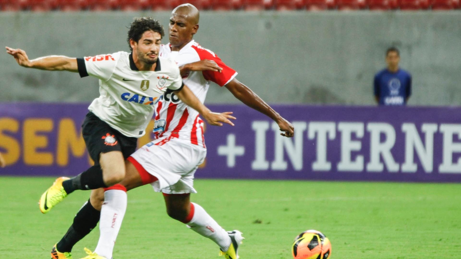 Alexandre Pato é derrubado em jogo entre Corinthians e Náutico, na Arena Pernambuco, pelo Brasileirão