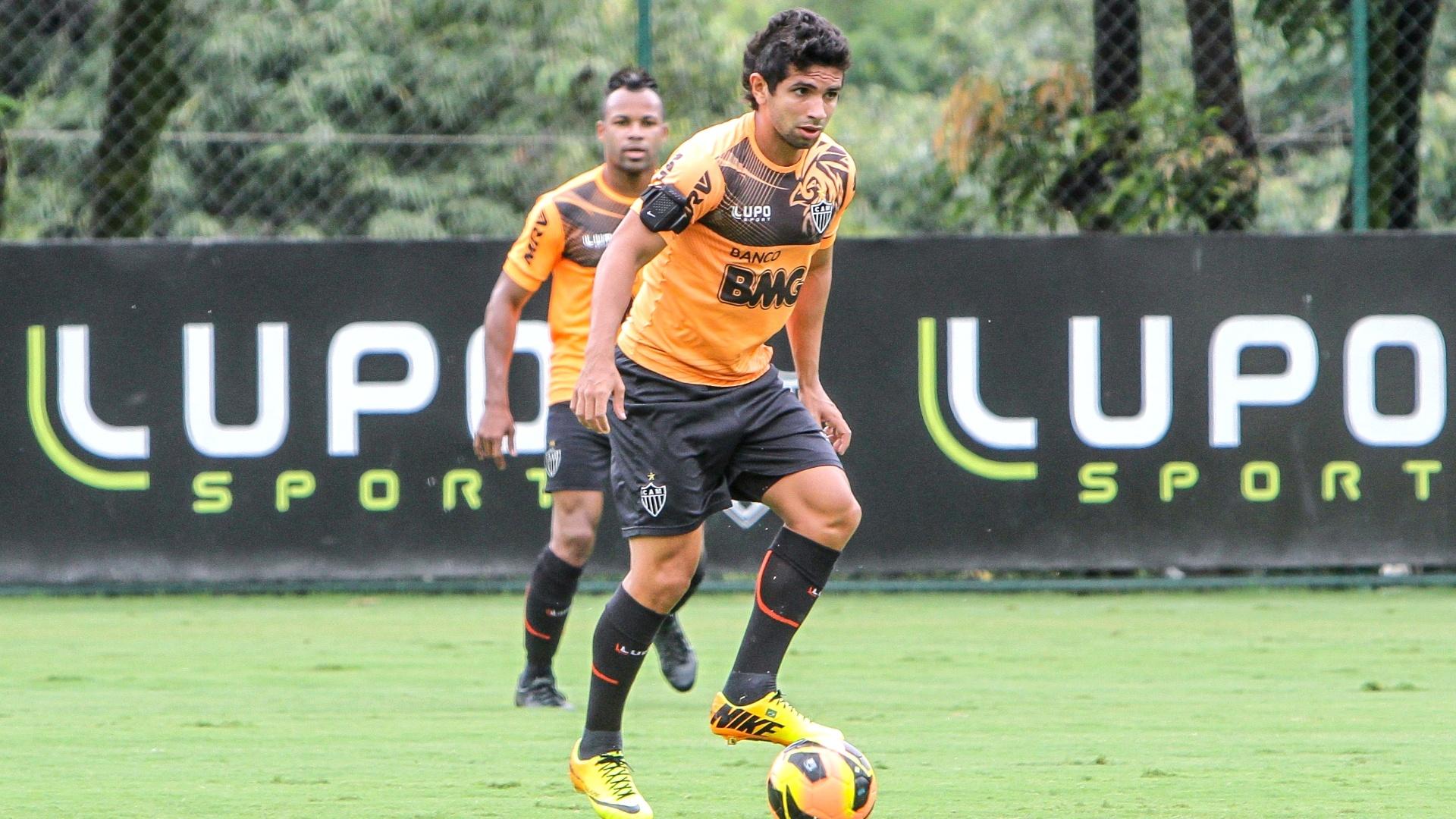 Atacante Guilherme durante treino do Atlético-MG na Cidade do Galo (6/12/2013)