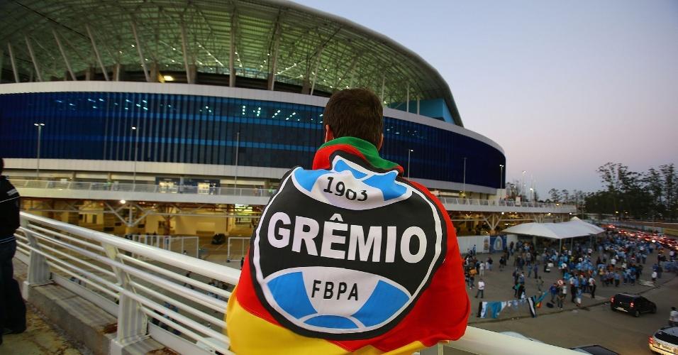 Torcedor observa movimentação na Arena do Grêmio, em Porto Alegre