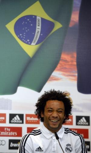 08.dez.2013 - Marcelo, lateral esquerdo da seleção brasileira, em momento descontraído da coletiva