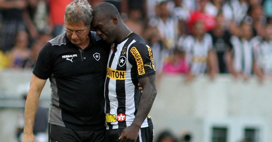 Alvo de críticas por parte da torcida do Botafogo, Seedorf chora após vitória do time