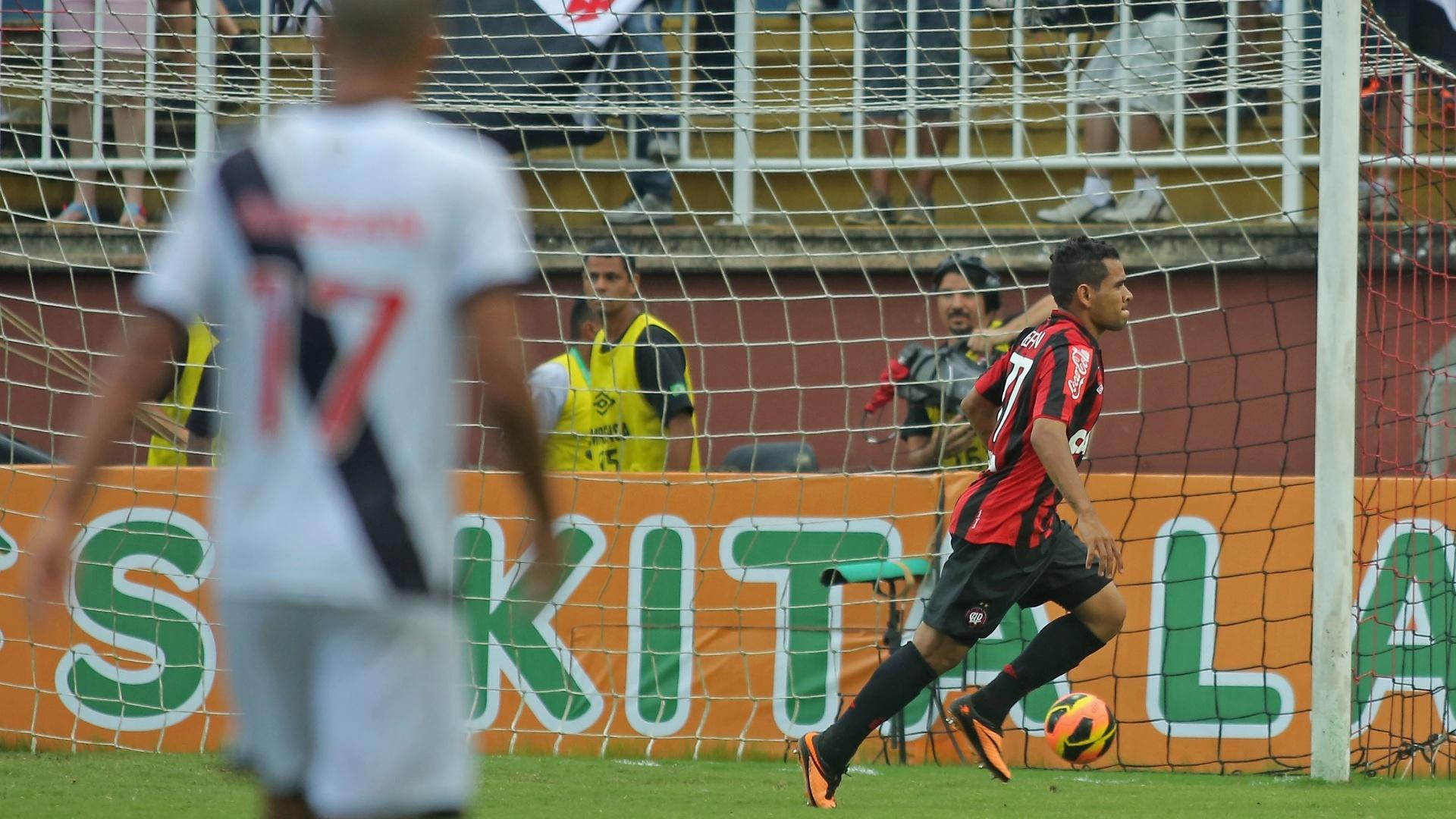Ederson comemora gol do Atlético-PR marcado na partida contra o Vasco, em Joinville