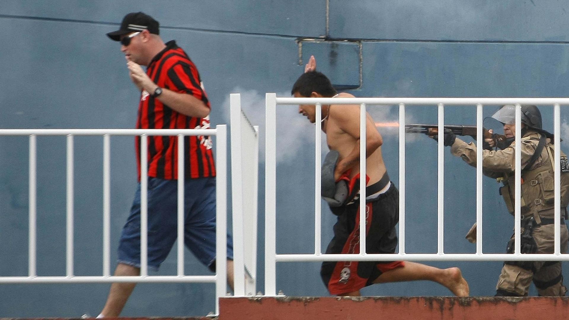 Policial dispara na tentativa de separar torcedores de Atlético-PR x Vasco