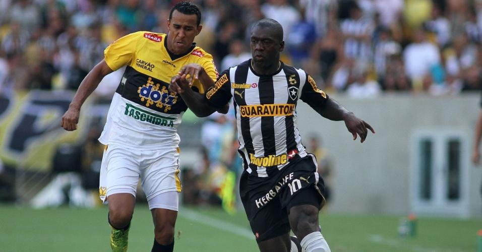 Seedorf avança com a bola em duelo vencido pelo Botafogo contra o Criciúma