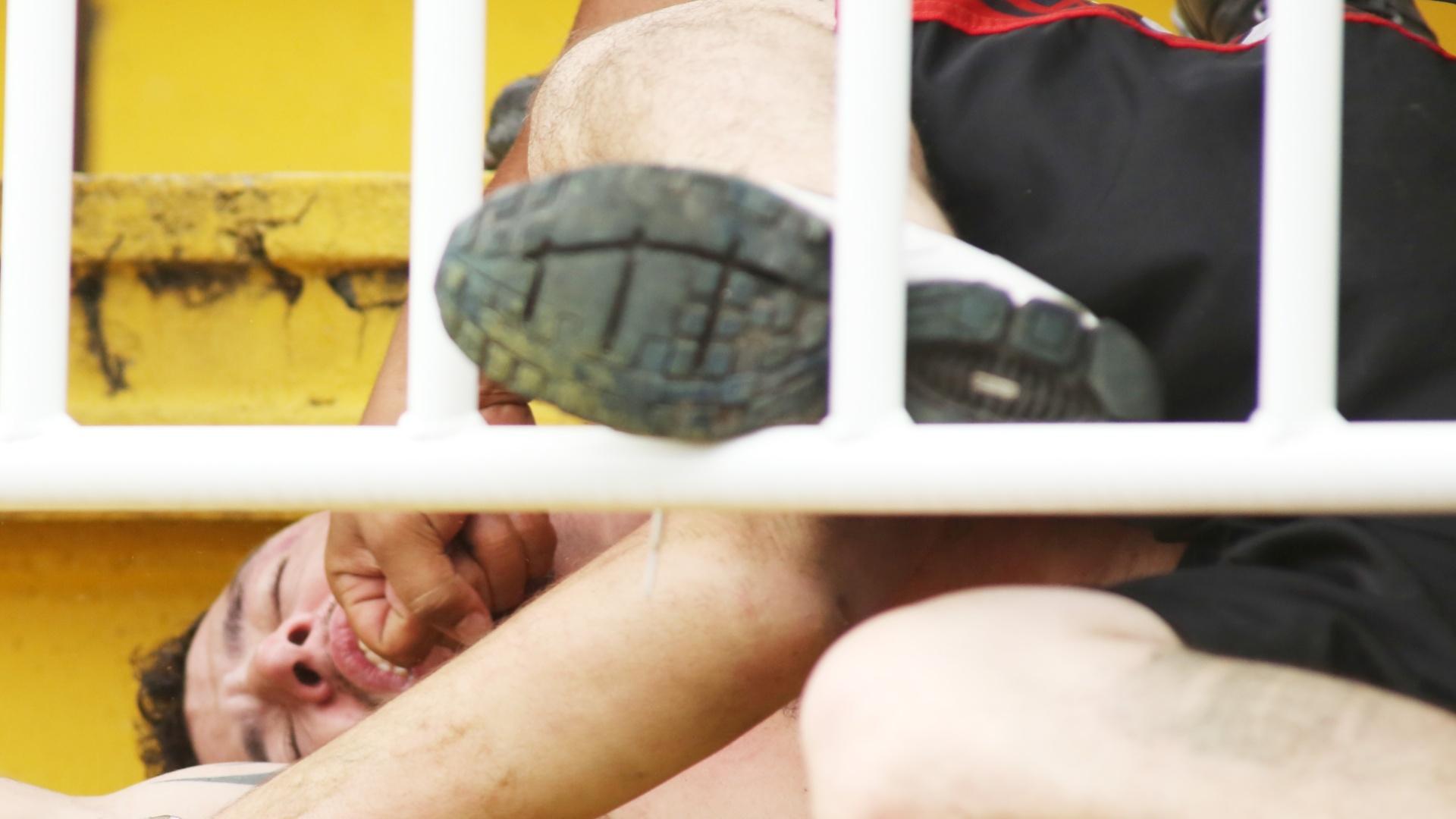 Torcedor do Atlético-PR é visto caído após confronto com vascaínos