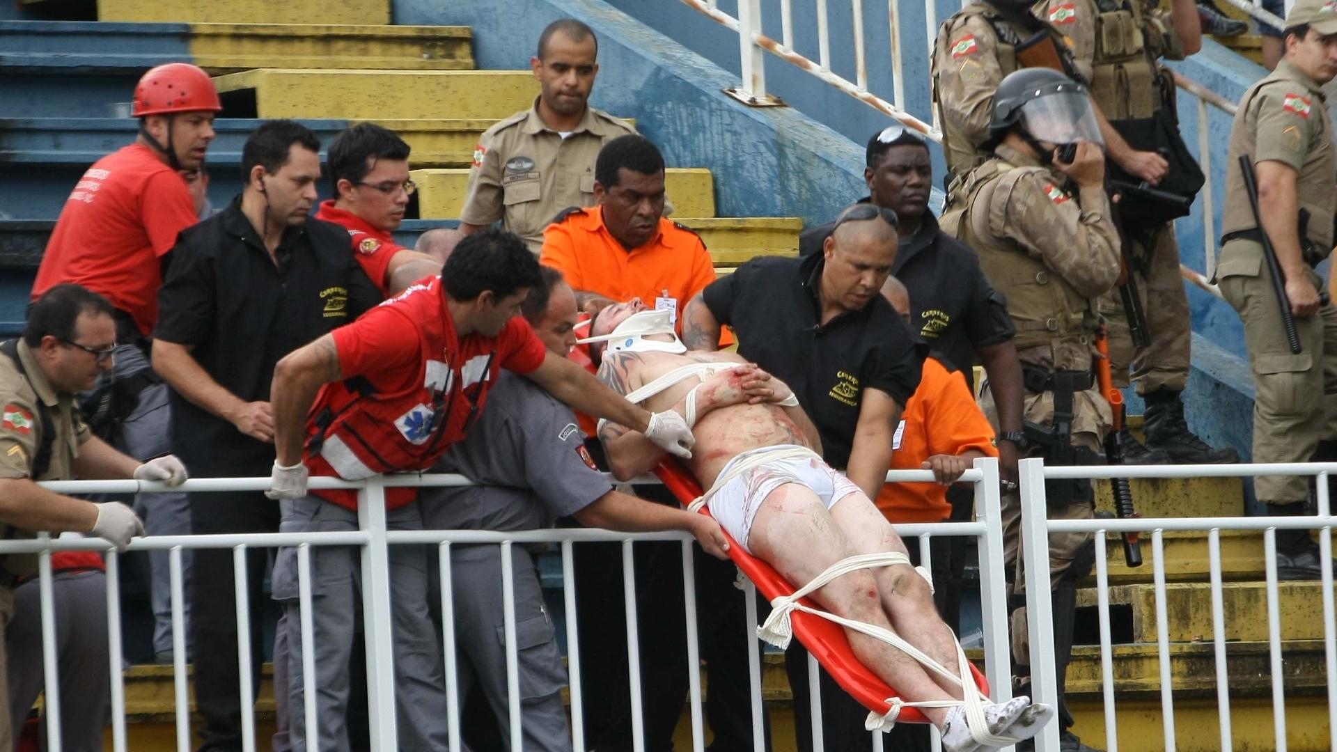 Torcedor é retirado da arquibancada após briga no jogo entre Atlético-PR x Vasco