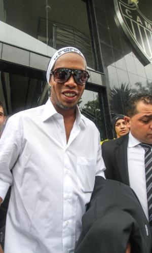 Ronaldinho Gaúcho durante embarque do Atlético-MG para Marrocos (9/12/2013)