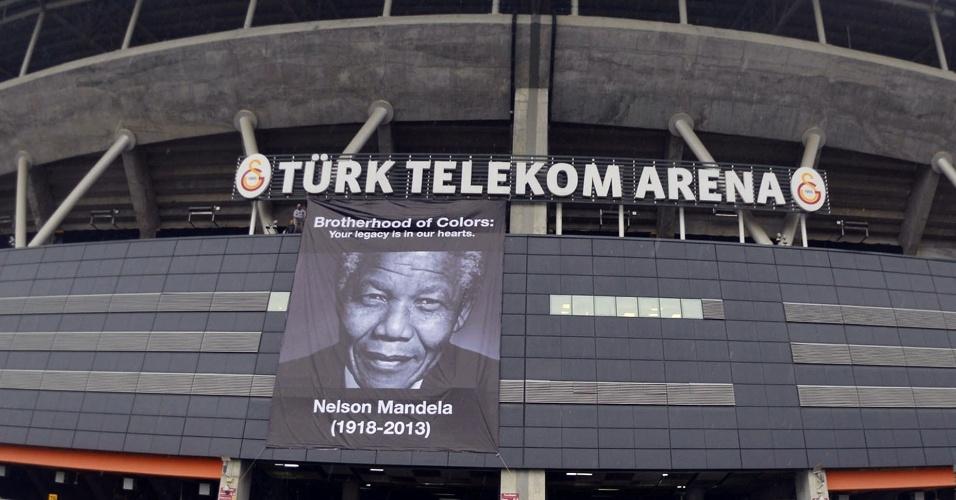 10.dez.2013 - Cartaz em homenagem a Nelson Mandela é colocado na parte externa do TT Arena Stadium, palco da partida entre Galatasaray e Juventus em Istambul