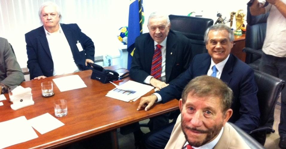 10.dez.2013 - José Maria Marín e Marco Polo Del Nero recebem os presidentes de Flamengo, Corinthians, Goiás, Coritiba, Vitória e Portuguesa em reunião
