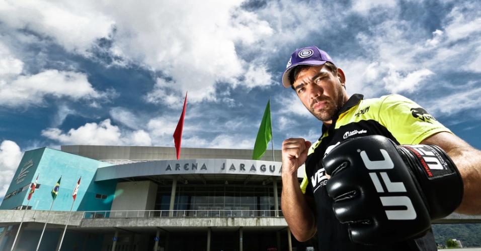 10.dez.2013 - Lyoto Machida posa em frente a Arena Jaraguá para divulgar o UFC Jaraguá 2