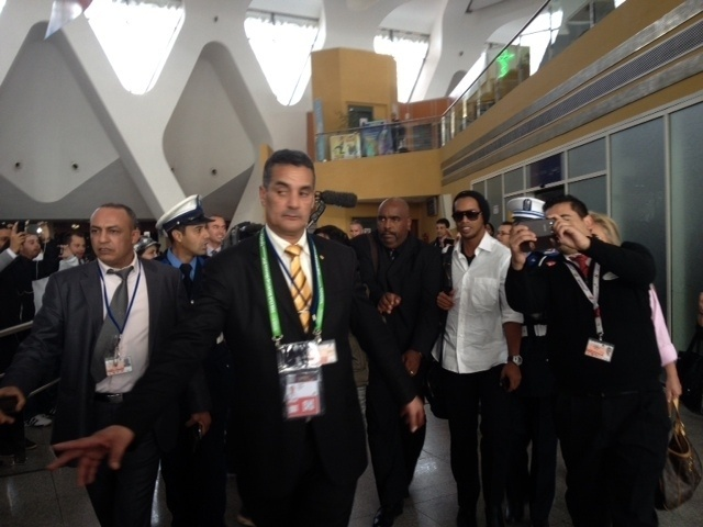 10.dez.2013 - Ronaldinho Gaúcho é cercado por fãs em chegada ao aeroporto do Marrocos