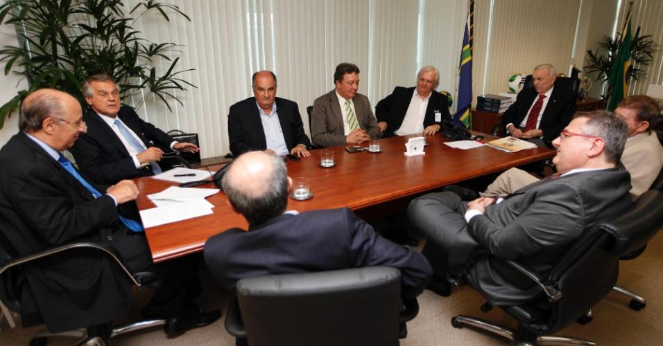 Presidente da CBF, José Maria Marin (ponta direita), e vice da entidade, Marco Polo del Nero (à esquerda), recebem presidentes de Flamengo, Corinthians, Coritiba, Portuguesa, Vitória e Goiás