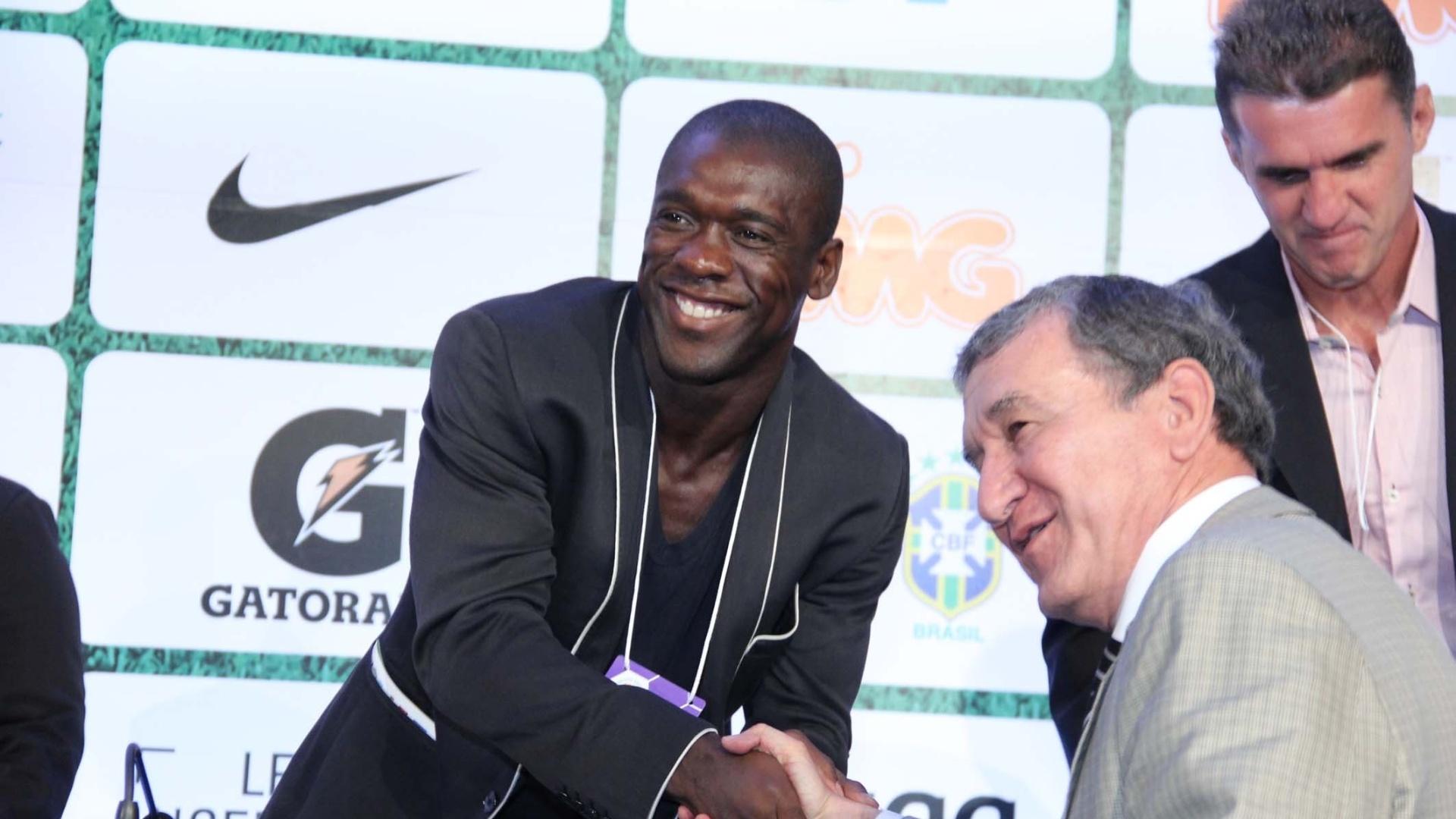 10.dez.2013 - Seedorf cumprimenta Carlos Alberto Parreira durante o Footecon, fórum sobre futebol no Rio de Janeiro