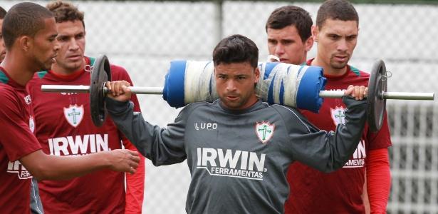 11.jan.2013 - Heverton, meia da Portuguesa, faz treino físico na pré-temporada de 2013