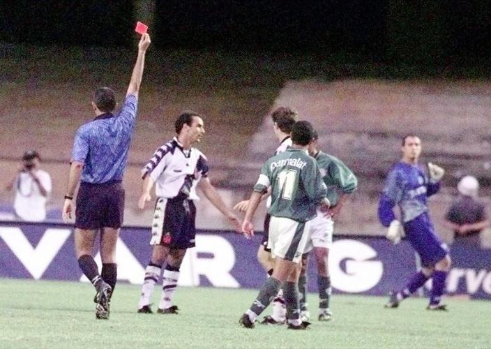 Na primeira partida da final do Brasileiro de 1997, Edmundo levou o terceiro cartão amarelo e estaria suspenso do jogo decisivo, no Rio. Mas forçou propositalmente o segundo, levou o vermelho e foi expulso. Com isso, poderia ser julgado pela expulsão e entrar com efeito suspensivo. Foi o que fez e acabou jogando a segunda partida.
