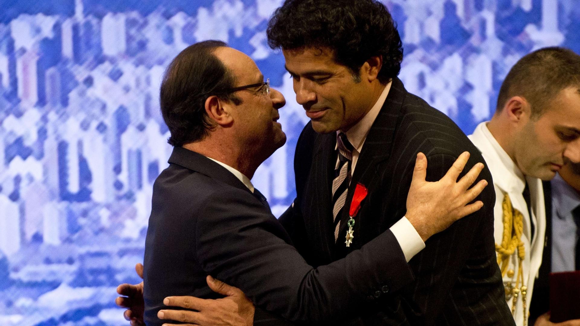 12.dez.2013 - Raí abraça o presidente da França, François Hollande, após receber a condecoração Legião de Honra