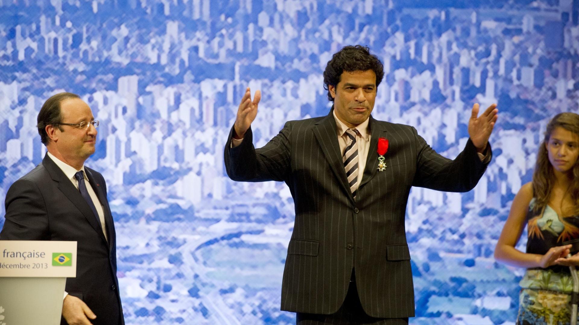 12.dez.2013 - Raí agradece ao público após receber a Legião de Honra francesa