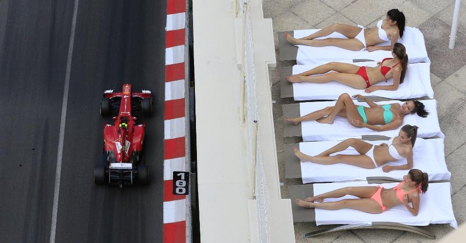 25.mai.2013 - Mulheres se bronzeiam em Monaco enquanto Felipe Massa participa de treino livre