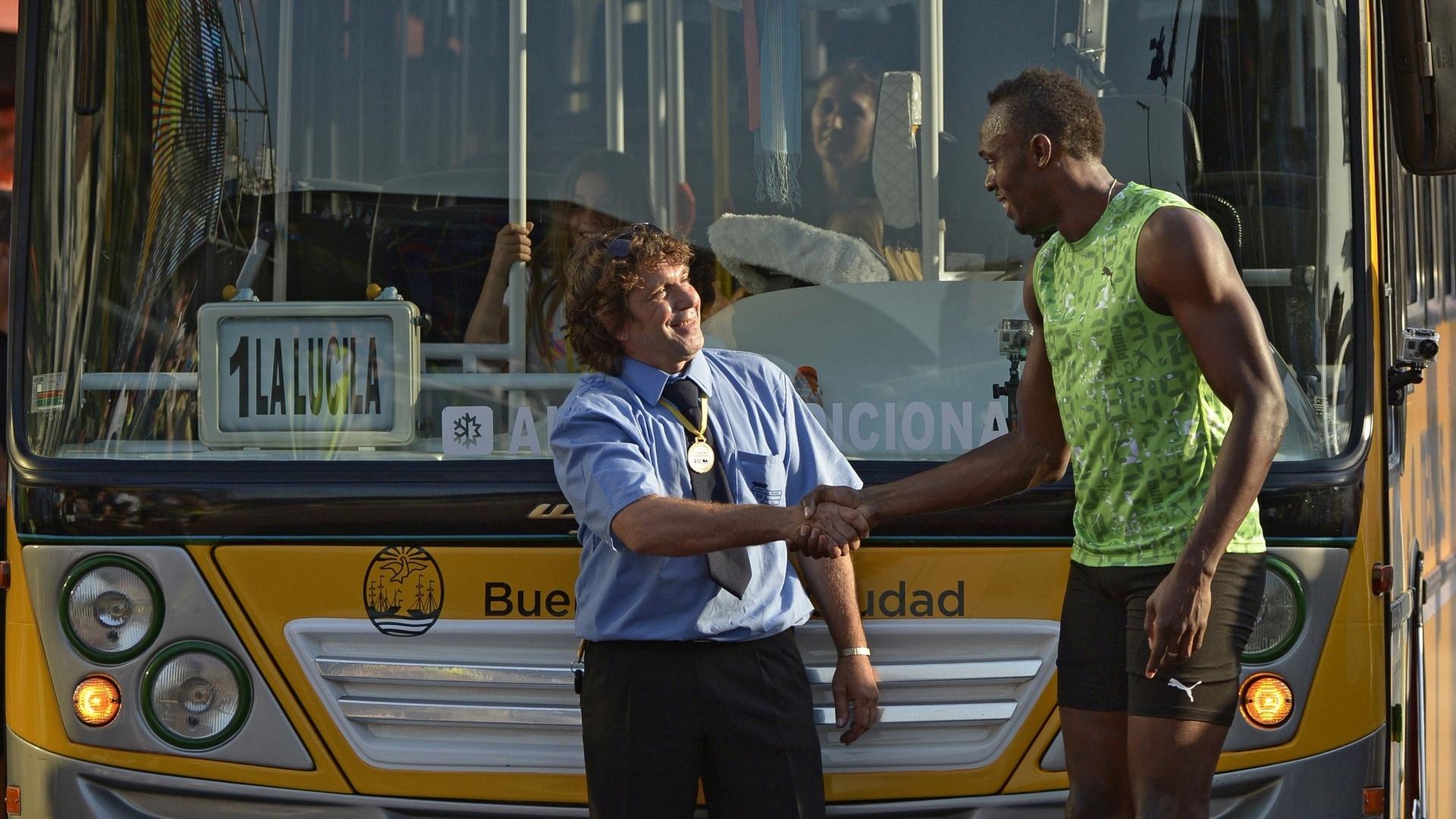 14.dez.2013 - Bolt cumprimenta motorista do ônibus que venceu em desafio na Argentina