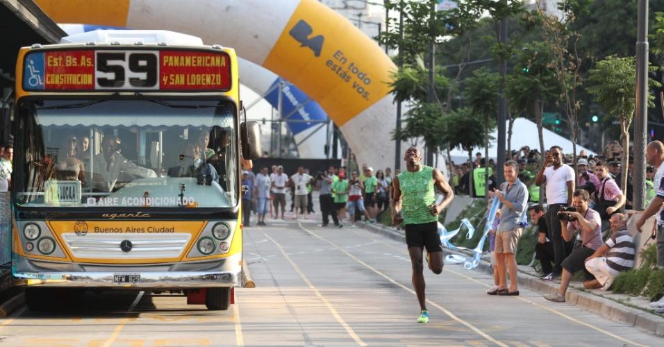 14.dez.2013 - Usain Bolt enfrenta ônibus em corrida de 100 m na Argentina