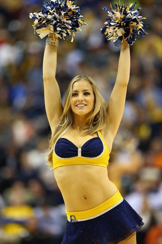 Cheerleader do Indiana Pacers faz sua performance durante intervalo da partida contra o Charlotte Bobcats
