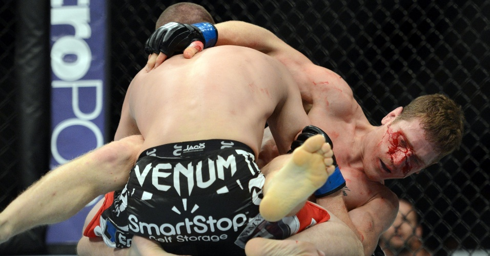 15.dez.2013 - Joe Lauzon luta no chão do octógono com Mac Danzig no UFC on Fox 9