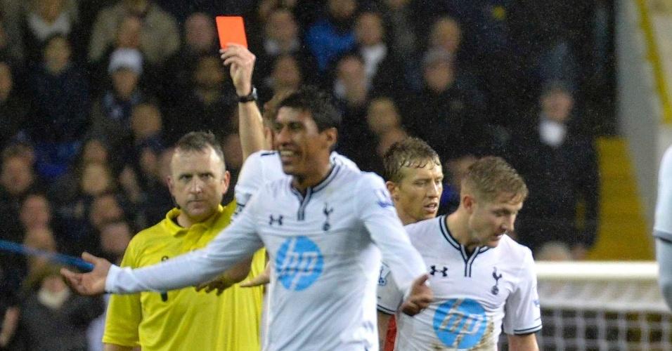 15.dez.2013 - Paulinho, do Tottenham, é expulso aos 17 minutos do segundo tempo após cometer falta em Luis Suárez, do Liverpool, que venceu por 5 a 0
