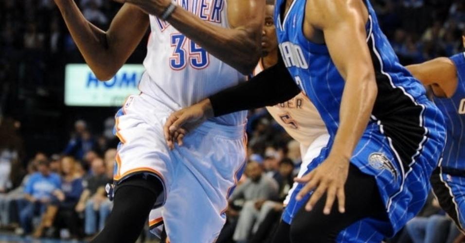 15.dez.2013 - Kevin Durant anotou 28 pontos e pegou 9 rebotes na vitória do OKC Thunder sobre o Orlando Magic por 101 a 98