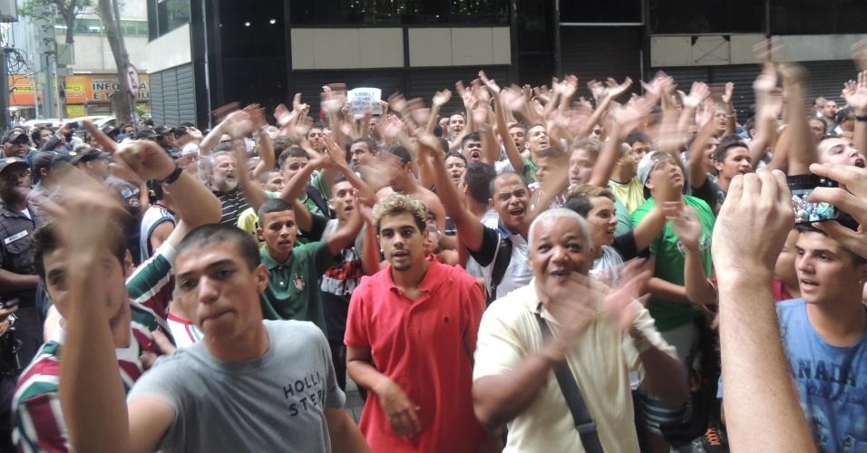 Enquanto torcedores da Portuguesa chorava, os do Fluminense faziam a festa em frente à sede do STJD