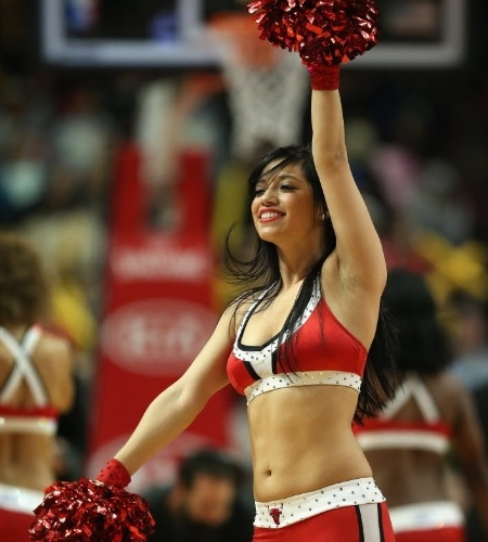 16.dez.2013 - Cheerleader do Chicago Bulls dança em intervalo da derrota do time para o Orlando Magic por 83 a 82