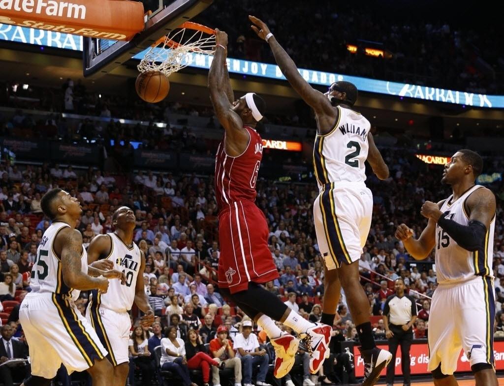 16.dez.2013 - LeBron James sobe para a enterrada e marca dois de seus 30 pontos na vitória do Miami Heat sobre o Utah Jazz por 117 a 94