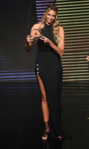 17.dez.2013 - A jogadora de vôlei Thaísa Daher venceu troféu de melhor jogadora de vôlei no Prêmio Brasil Olímpico 2013