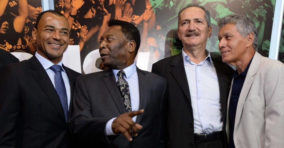 17.dez.2013 - Pelé brinca com Cafu ao posar para foto ao lado do ex-capitão da seleção, do Ministro do Esporte Aldo Rebelo e do ex-jogador Clodoaldo, na inauguração da exposição