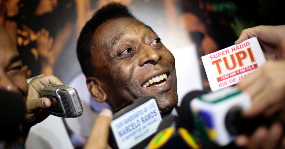 17.dez.2013 - Pelé conversa com jornalistas em evento de inauguração de exposição