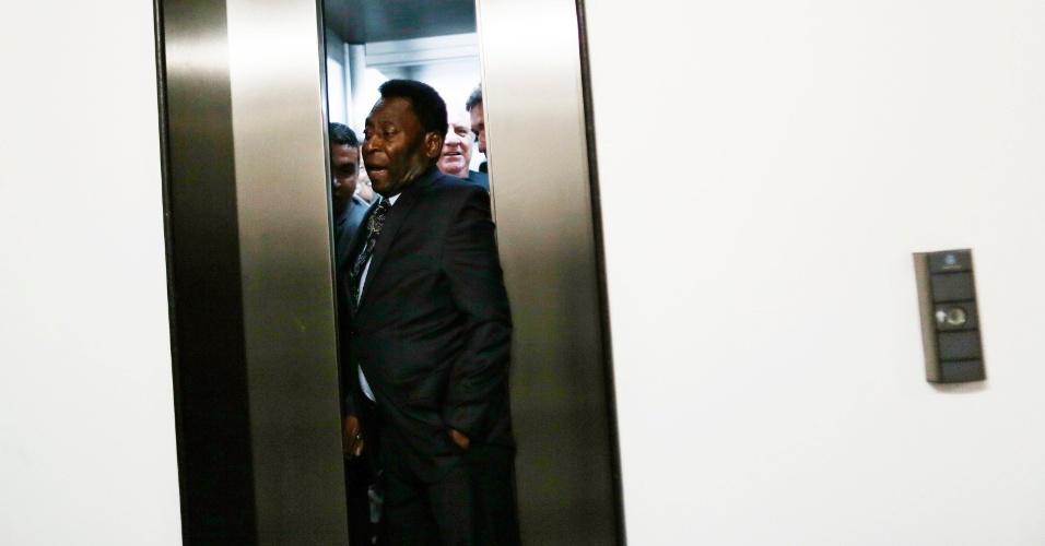 17.dez.2013 - Pelé tenta sair de elevador no Centro de Convenções Ulysses Guimarães, em Brasília, na inauguração da exposição