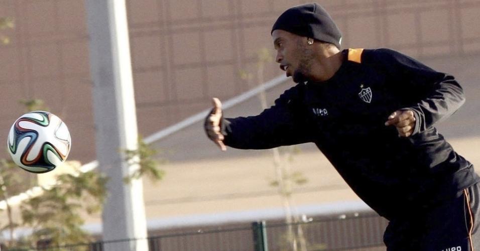 17.dez.2013 - Ronaldinho Gaúcho brinca com a bola durante treinamento do Atlético-MG nesta terça-feira; time entra em campo na quarta-feira contra o Raja Casablanca, pela semifinal do Mundial de Clubes