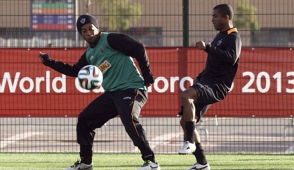 17.dez.2013 - Ronaldinho Gaúcho e Junior César participam de treinamento do Atlético-MG nesta terça-feira, no Marrocos