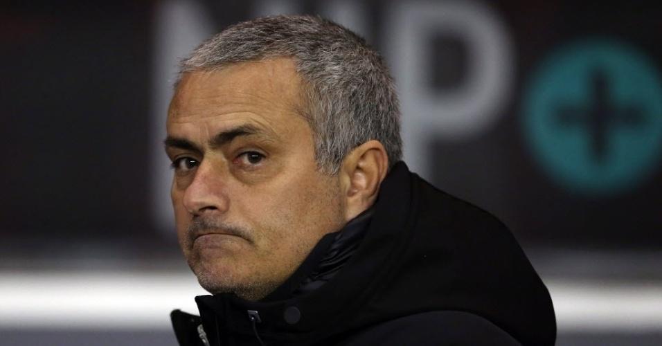 17.dez.2013 - Técnico José Mourinho faz careta durante o jogo entre Chelsea e Sunderland pela Copa da Liga Inglesa