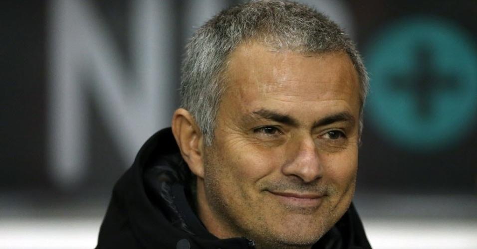 17.dez.2013 - Técnico José Mourinho sorri durante o jogo entre Chelsea e Sunderland pela Copa da Liga Inglesa