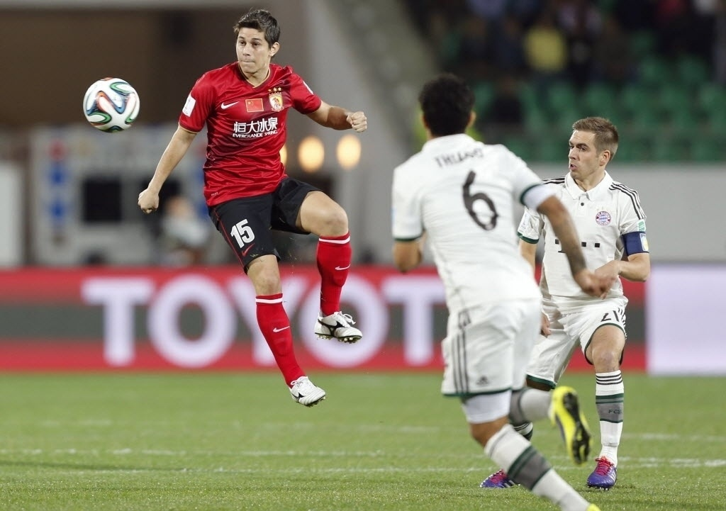 Conca, ex-Fluminense, domina a bola na partida entre Guangzhou e Bayern de Munique (17.dez.2013)