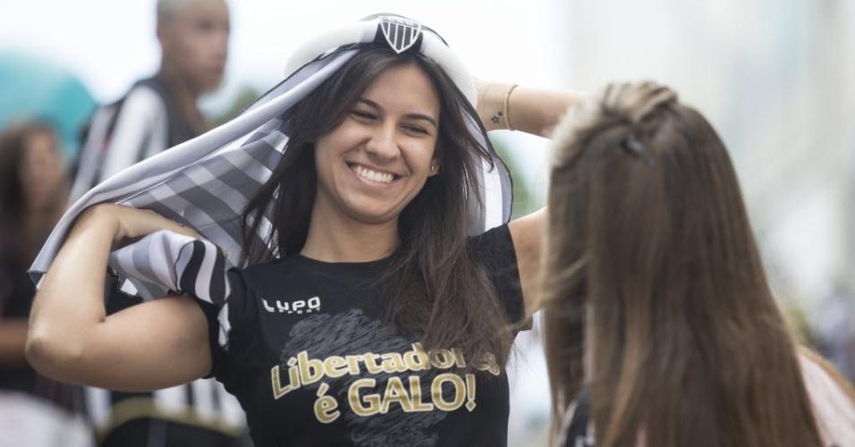 Torcedora veste um 'turbante árabe' para acompanhar a partida do Atlético-MG (18.dez.2013)
