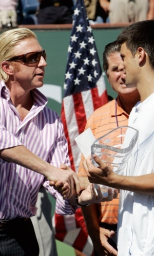 18.mar.2007 - Boris Becker cumprimenta Novak Djokovic, vice em Indian Wells