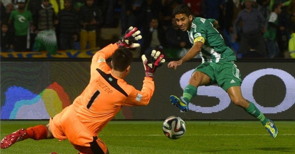 Goleiro Victor tenta defender o chute de Moutaouali durante partida do Atlético-MG (18.dez.2013)