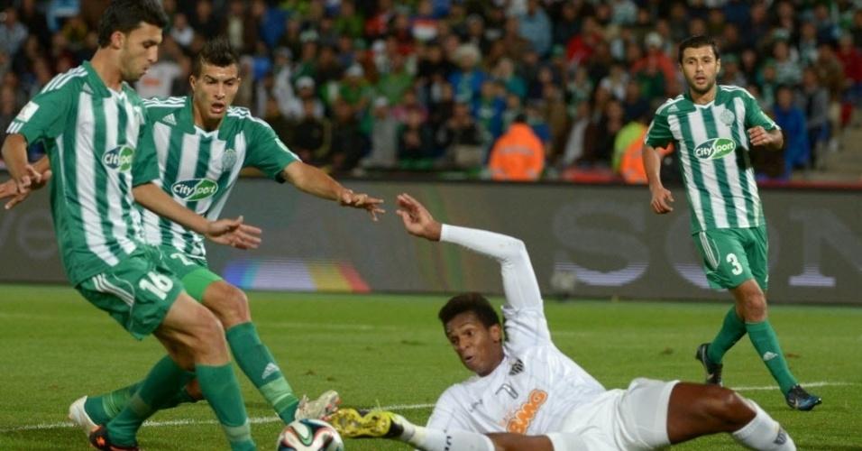 Jô se joga no chão para tentar recuperar a bola na semifinal do Mundial (18.dez.2013)